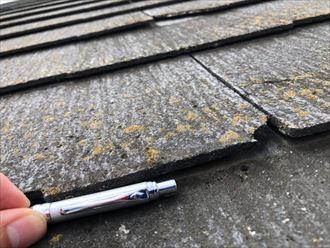 スレートが浮いた屋根