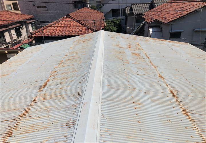 所々錆びたトタン屋根