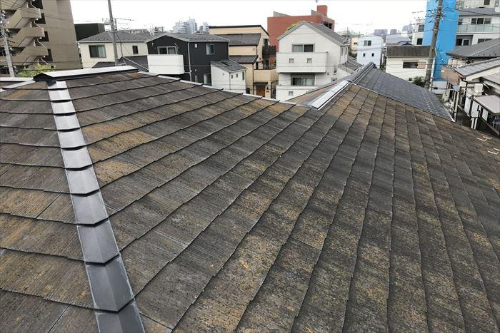 屋根全体に汚れやコケが発生しております