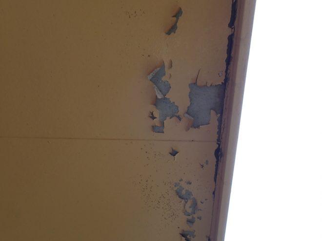 ベランダ裏は雨漏りにより剥がれていました