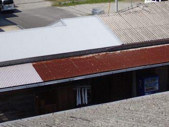 半分屋根カバーしてある