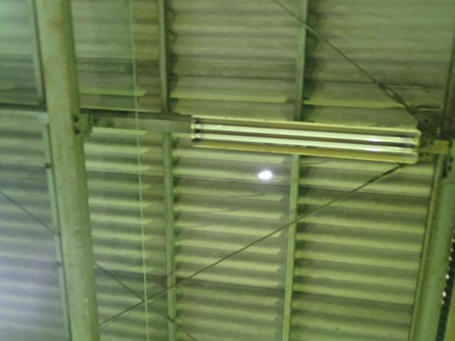 建物内から見ると穴が開いています