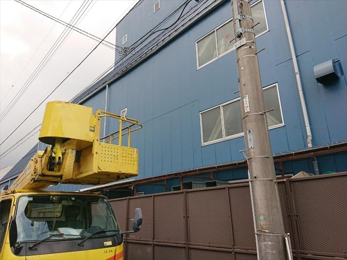 調布市国領町で足場を架けられない倉庫の雨樋交換は高所作業車でおこないます
