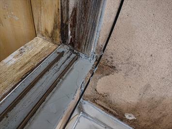 調布市深大寺で雨漏りの原因はガルバリウム鋼板の屋根と木製サッシでした