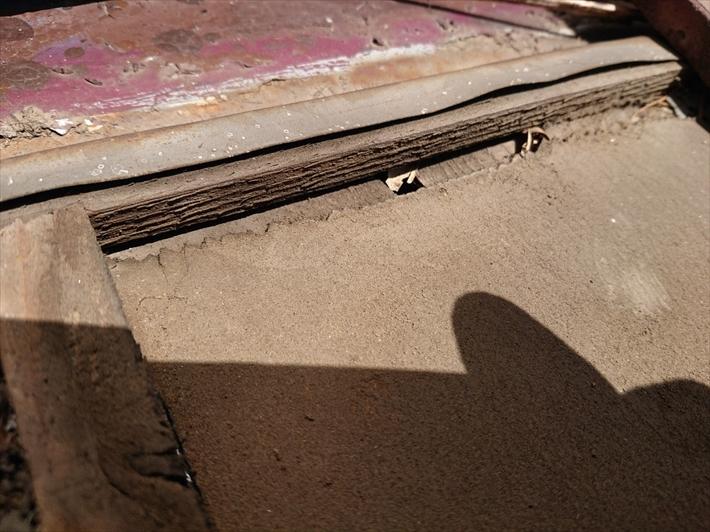 壁際の板金部分に隙間があいています