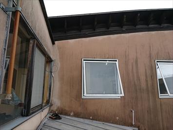 壁と屋根とサッシが入り組んでいます