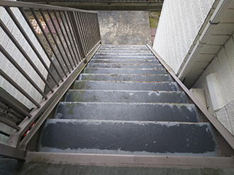 劣化した外階段