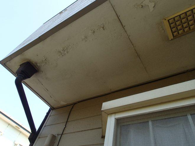 塗装が剥げた軒天上
