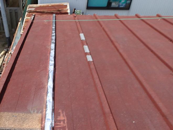 全体が錆びたトタン屋根