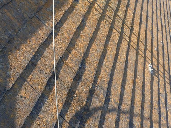 苔で黄色く見えるスレート屋根