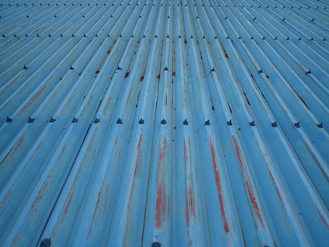 塗膜を失い変色した折板屋根