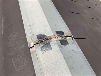 テープで補強した棟板金