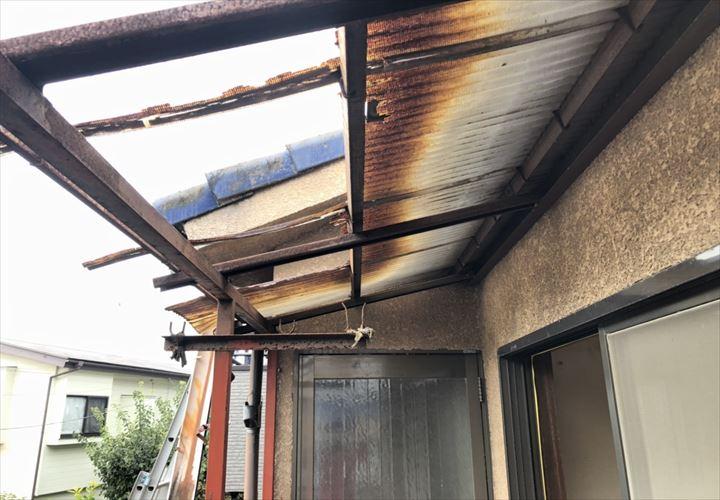 稲城市平尾で破損したバルコニーの波板屋根を調査しました