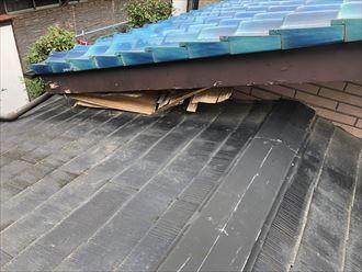 1階の屋根で軒天の剥がれ確認