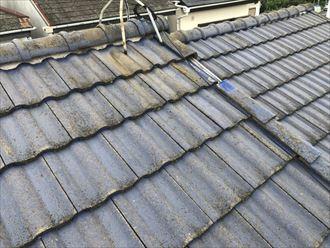 塗装の劣化が見られるセメント瓦の屋根