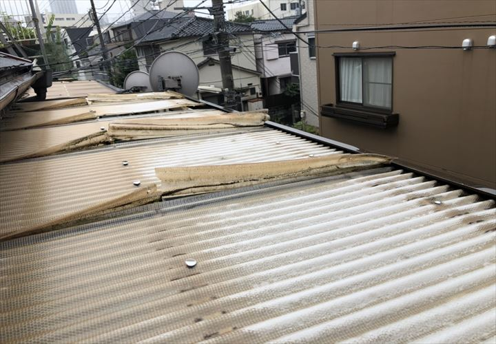 新宿区余丁町で台風被害で穴が空いたバルコニー屋根を調査しました