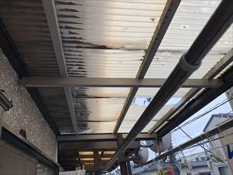 穴が空いた塩化ビニルの屋根