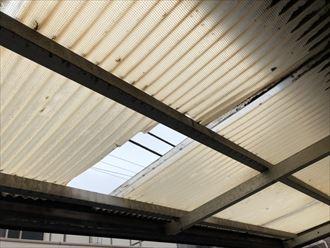 塩化ビニルの屋根に空いた穴