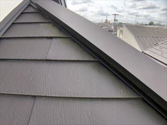 苔の生えたガルバリウムの屋根
