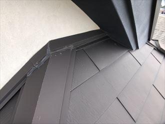 取り合いのコーキングが剥がれたガルバリウムの屋根