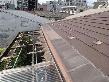 豊島区東池袋で風が吹くとパタパタ音がするというコロニアル屋根の点検に伺いました