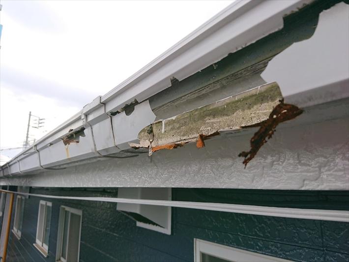 雨樋の中に入っている鉄板がサビています