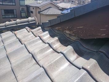 雨漏りしている瓦葺き屋根