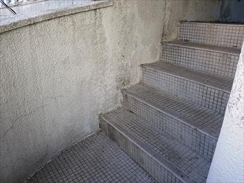 調布市多摩川でテナントビルの外壁は雨漏りで塗膜が剥がれていました
