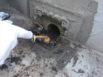 稲城市矢野口で雨漏りの原因になっている屋上防水の排水口を直します