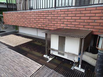 ポリカ屋根に室外機
