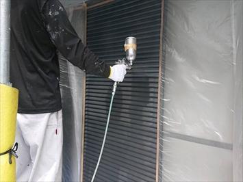 八王子市中野町で外壁塗装中の建物は雨戸などの付帯部の塗装工事で完成です
