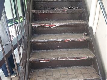 ボロボロになった鉄骨階段