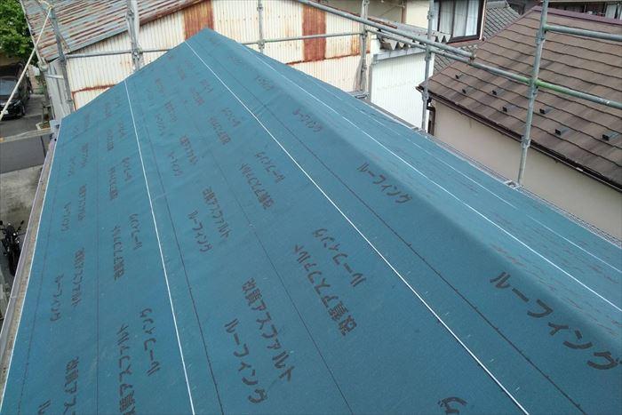 足立区西新井本町でセメント瓦の屋根の葺き替え工事、瓦降ろしから防水シート貼りまで進めました