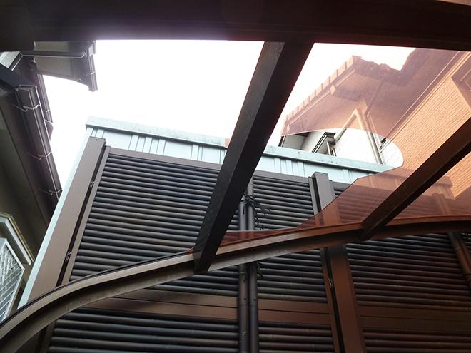 品川区戸越にて割れたポリカ製のカーポート屋根の点検