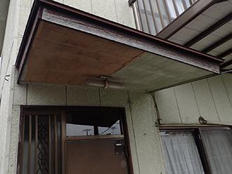 玄関屋根裏が劣化している