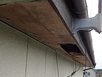 品川区武蔵小山にて経年で剥がれた軒天修繕のため点検。重ね張りでリフレッシュ!