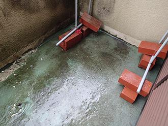 水浸しで防水層が劣化した床