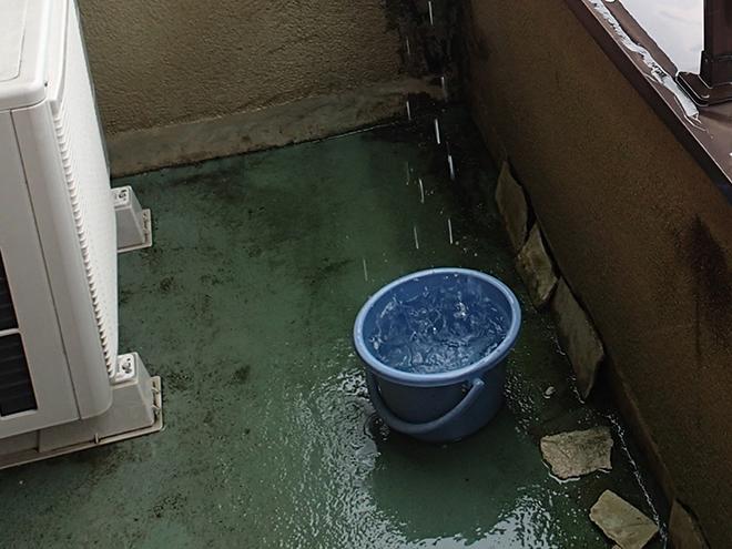 雨水を受けるバケツ