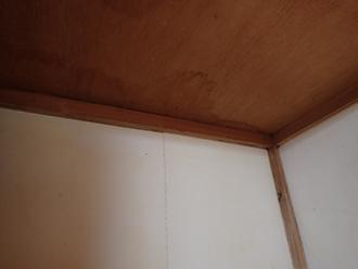 天袋の天井に雨染み