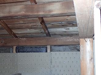 雨水にさらされた小屋裏