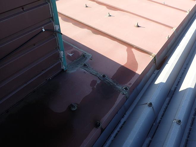 金属屋根から雨漏り