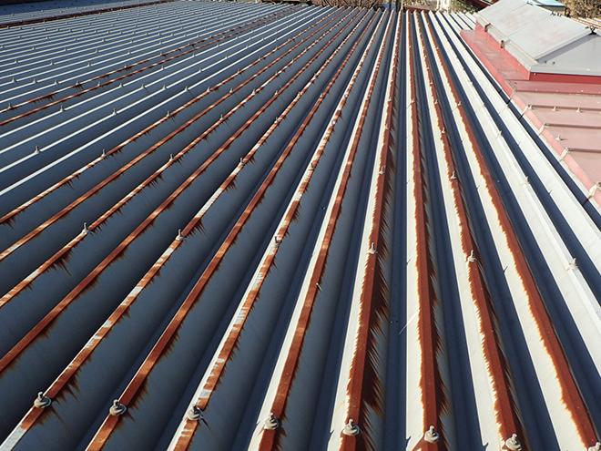 折板屋根が錆び始めている