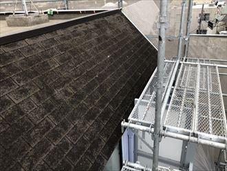 黒色のアスファルトシングルの屋根