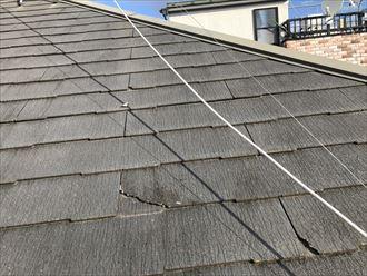 割れたコロニアルNEOの屋根