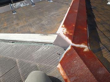 葛飾区東水元で昨年の台風19号(東日本台風)で被害を受けたコロニアル屋根の棟板金点検に伺いました