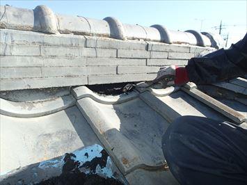 足立区東伊興で水シャットを使って棟のしっくい面戸の詰め替え工事を行いました