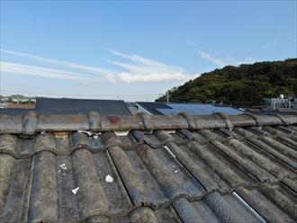 港区南麻布でモニエル瓦の点検、棟に詰められた漆喰が屋根面に落ちておりました
