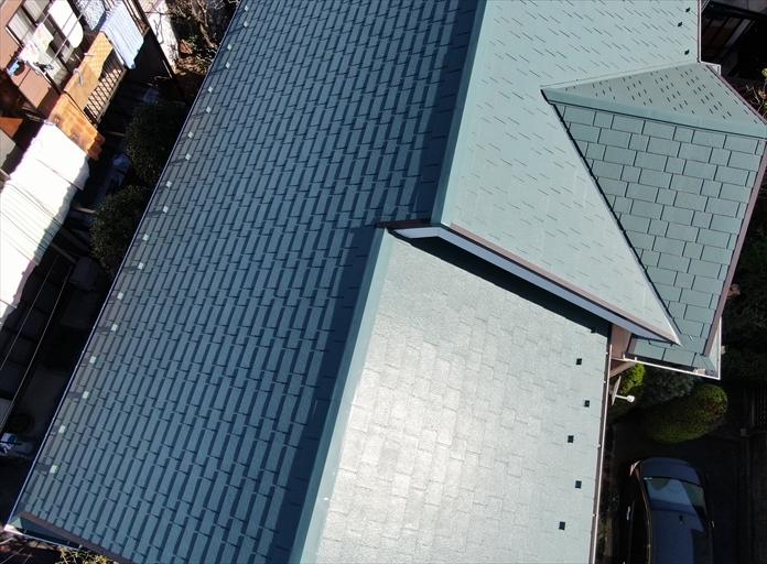 大田区南雪谷で塗装したスレート屋根の点検、劣化した塗膜は艶が無くなってます
