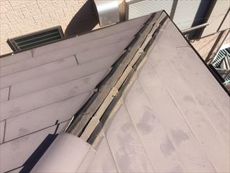 大田区北千束の板金屋根で棟板金の破損、屋根から落ちそうになっておりました