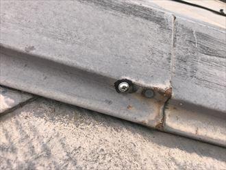 ビス止めで補強した形跡のある棟板金